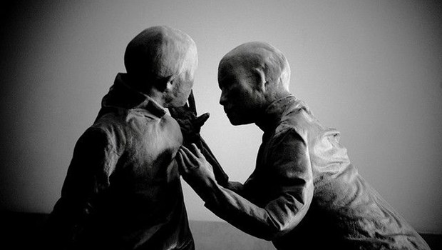 Zwei haarlose Kunstfiguren in schwarzweiß