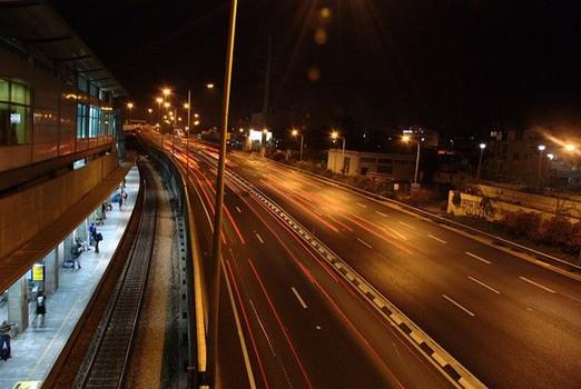 Schienen und Straßen bei Nacht