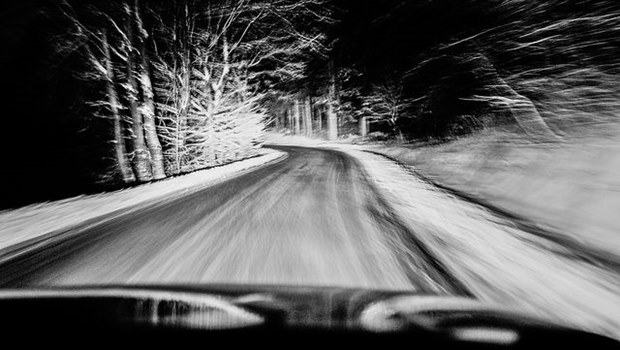 verschwommene Straße durch Autoscheibe, schwarzweiß