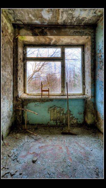 verwahrlostes Zimmer, mit Kinderstuhl am Fenster