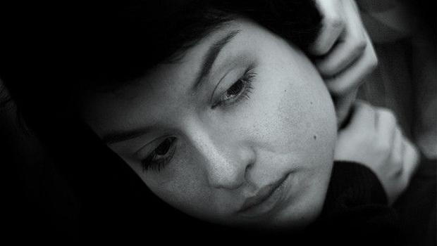 Frau mit reuigem Gesichtsausdruck, schwarzweiß