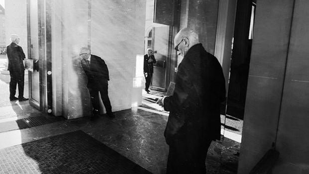 vier Männer im Anzug, schwarzweiß