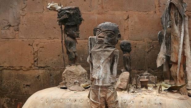 Puppen vor Tonsteinen