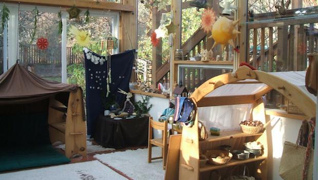 Zimmer mit Materialien nach Waldorfpädagogik