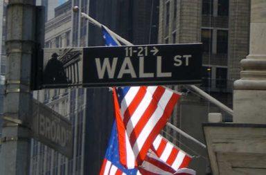 Wall Street Straßenschild, amerikanische Flagge