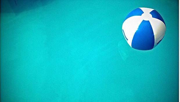 blau weißer Wasserball