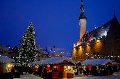 Weihnachtsmarkt mit Kirche und Schnee