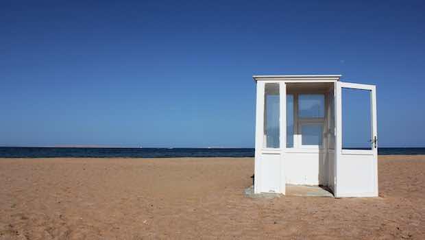 Weisses Haus am Strand blauer Himmel