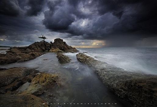 Lamdschaft mit Wellen und grauen Wolken