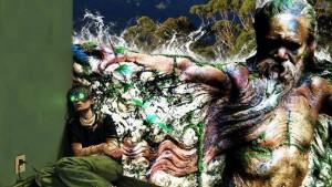 Frau sitzt mit Cyberbrille in Ecke, Phantasiewesen rechts von ihr
