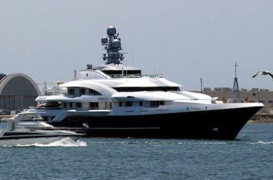 Yacht auf dem Meer und Möwe