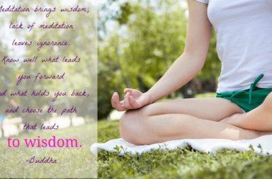 Yoga Sitz Frau grüne Short Spruch Meditation