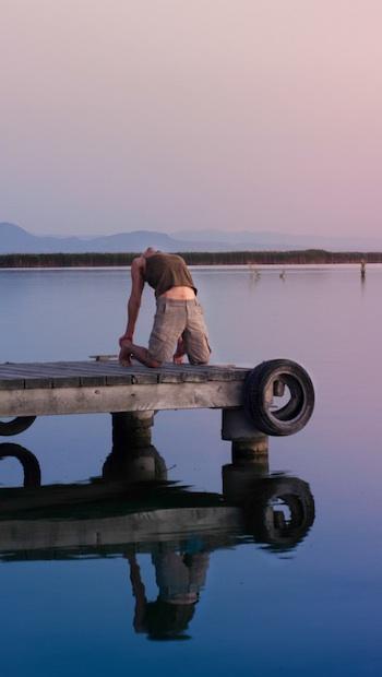 Yogaübungen auf Steg am See