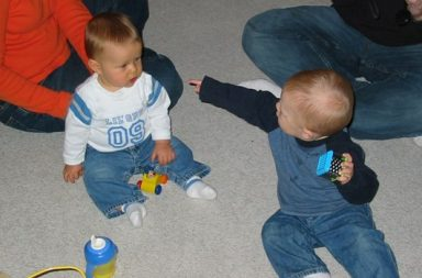 Kind zeigt auf anderes Kind