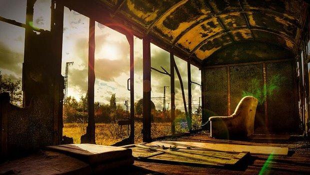 Sessel in altem Einsenbahnwaggon, Blick auf menschenleere Welt