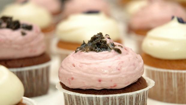 mehrere zuckerhaltige Cupcakes