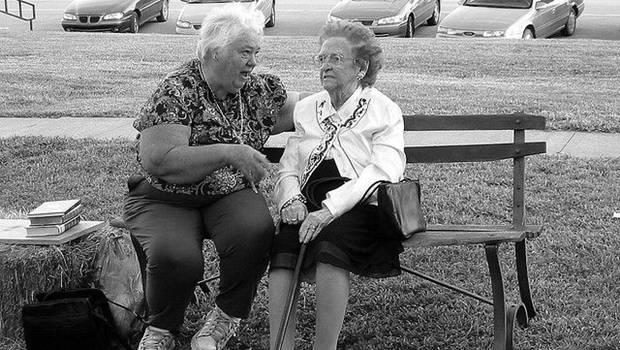 Zwei alte Frauen redend auf Parkbank