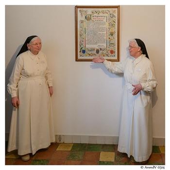 Zwei älteren Nonnen in weiß.