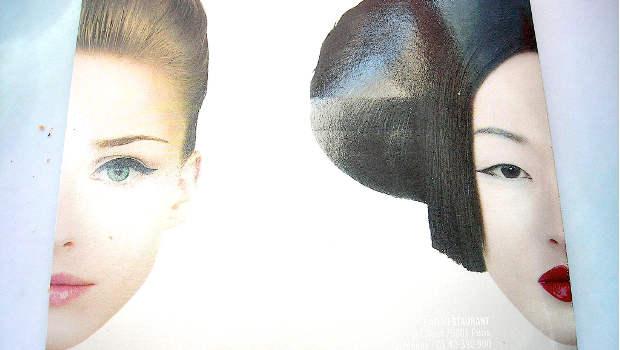 Zwei Frauen Europäerin Asiatin