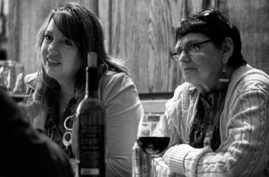 zwei Frauen am Tisch hören zu