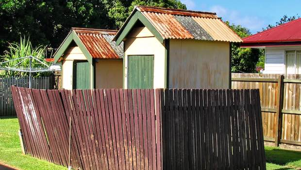 zwei Häuser schief Zaun