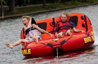 zwei Jungs auf rotem Boot