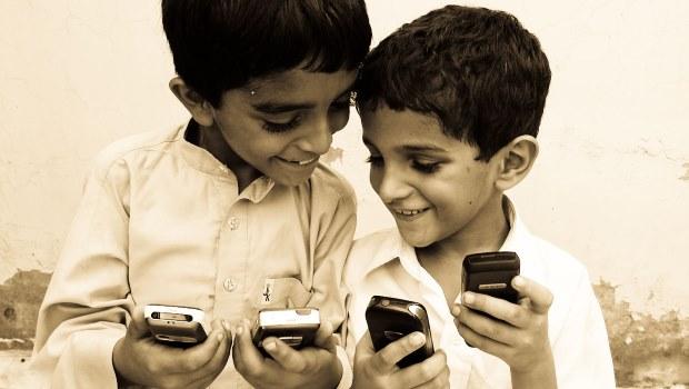 zwei Jungs vier Smartphones