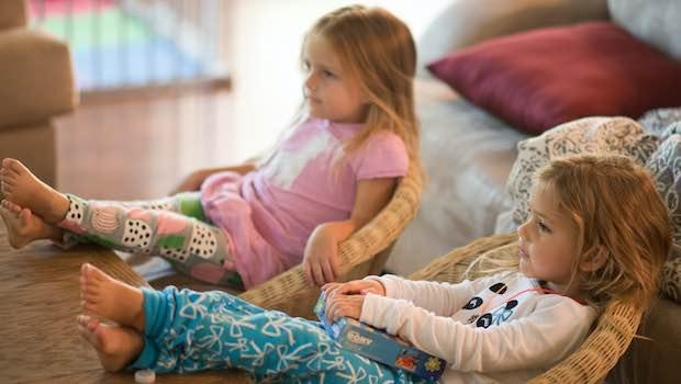 Zwei Mädchen Korbstühle Füße auf Tisch