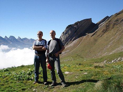 zwei Männer vor Bergkulisse